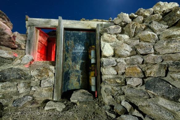 9018kenlee_2015-11-24_0111_140sf8iso200-4000k_alabamahills-explosivesrockhouse-closeup-1000px